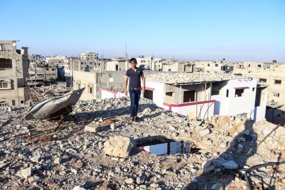 Boven op het dak is het zicht op Shejaiya, een buitenwijk aan de oostkant van Gaza-Stad, nog triester dan op de begane grond. We zien een woestijn van puin.