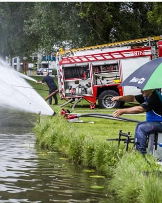 De brandweer pompte meer zuurstof in de vijver.