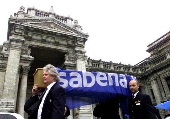Eind november 2001. Aan de Brusselse rechtbank dragen personeelsleden Sabena symbolisch ten grave.