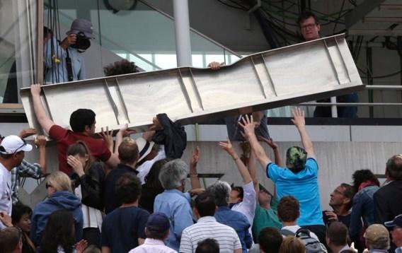Toeschouwer geraakt door metalen plaat op Roland Garros