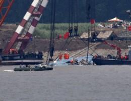 Chinees gekapseisd schip rechtgetrokken, amper overlevenden