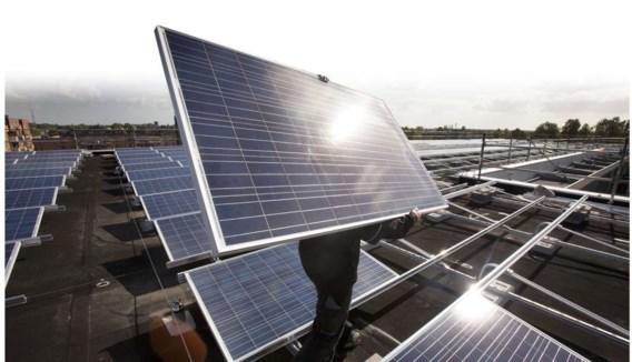 Wie een gemiddelde zonnepaneleninstallatie heeft, zal jaarlijks tussen de 265 en 352 euro aangerekend krijgen via zijn stroomfactuur – een beslissing die juridisch aangevochten wordt.