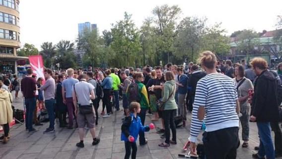 Luisteraars tonen zich op Flageyplein solidair met FM Brussel