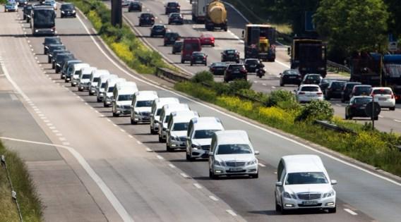 Stoet witte lijkwagens met slachtoffers Germanwings op Duitse snelweg
