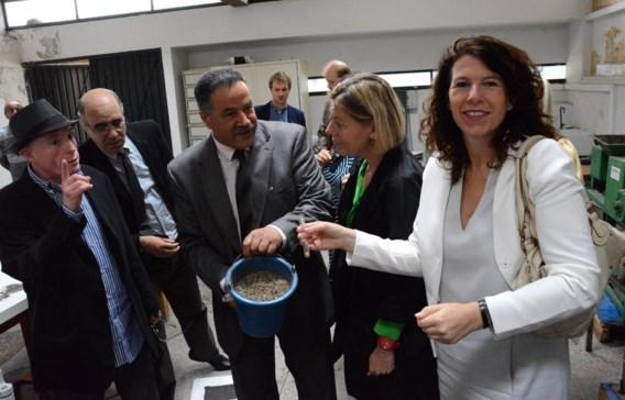 Brussels staatssecretaris voor Ontwikkelingssamenwerking Bianca Debaets (r.) toont goud dat gerecupereerd werd uit elektronica.