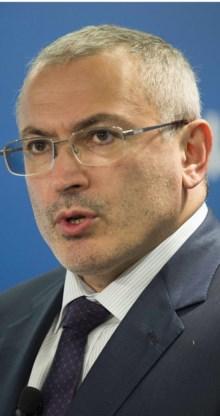 Michail Chodorkovski, de voormalige ceo van het genationaliseerde Yukos, juicht de beslagleggingen toe.