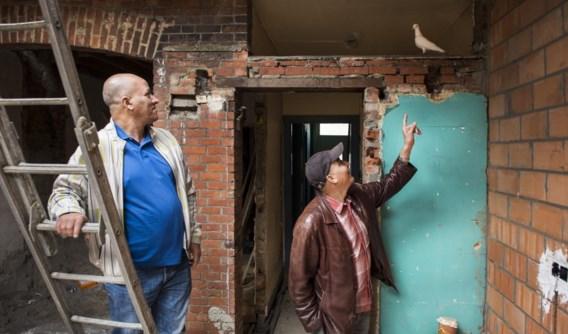 Toekomstige huurders Ouazil Ahmed (links) en Jabir Ali volgen de vorderingen in een van de huizen van Collectief Goed.