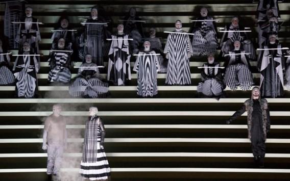 De monumentale trap is het handelsmerk van het Deense collectief Hotel Pro Forma, dat de enscenering bedacht.