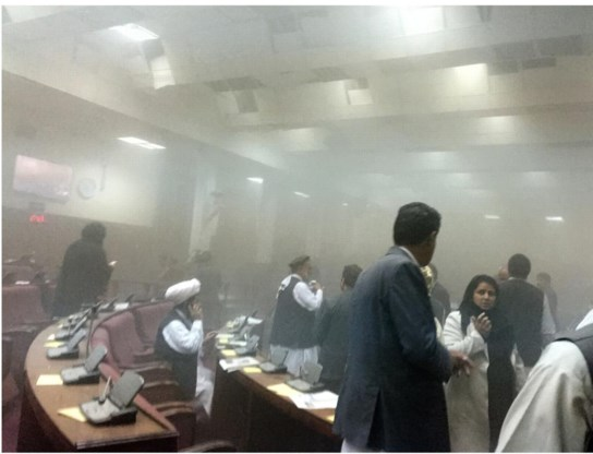 Rook maar geen doden na de Taliban-bommen voor het Afghaanse parlement.