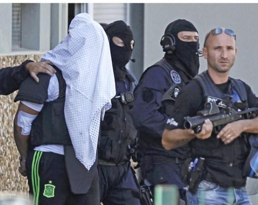 Yassin Salhi wordt weggeleid door special forces.
