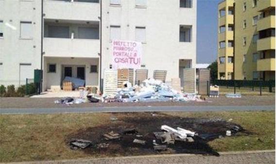 Italianen steken meubilair vluchtelingen in brand