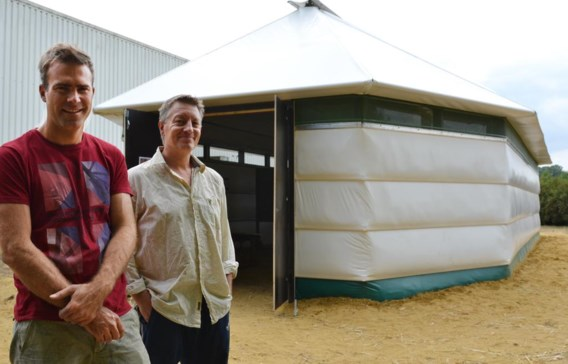 De ontwerpers van de nieuwe tent, Benjamin Denef en Bart Peeters: 'Hulporganisaties hebben al heel wat interesse getoond.'