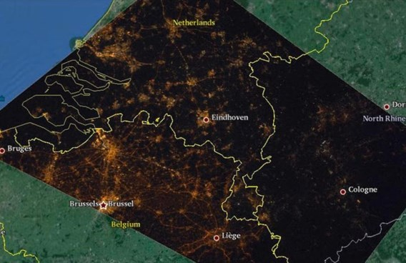 """<p>Wij verlichten (de opritten van) al onze grote wegen, de Nederlanders enkele, de Duitsers geen. En dat is vanuit het ruimtestation goed te zien.<span class=""""credit"""">Cities at Night project/NASA/ESA</span></p>"""