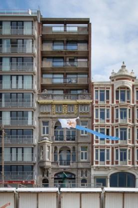 Een appartementsblok bovenop een belle époquewoning op de Zeedijk in Middelkerke.