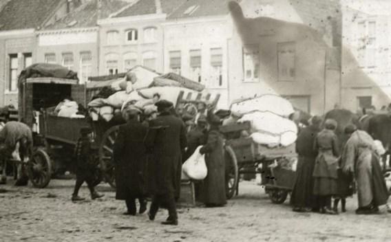 Belgische oorlogsvluchtelingen op de markt van Roosendaal, 1914.