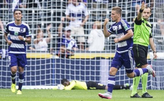 Dennis Praet juicht na zijn verlossend doelpunt voor Anderlecht. De middenvelder speelde eindelijk nog eens een goede match.