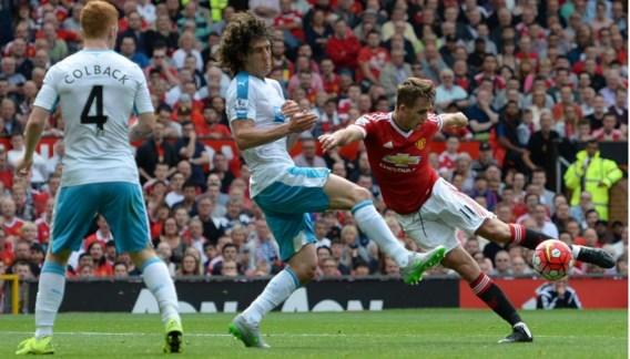 Adnan Januzaj probeert vergeefs de verdediging van Newcastle uit verband te spelen.