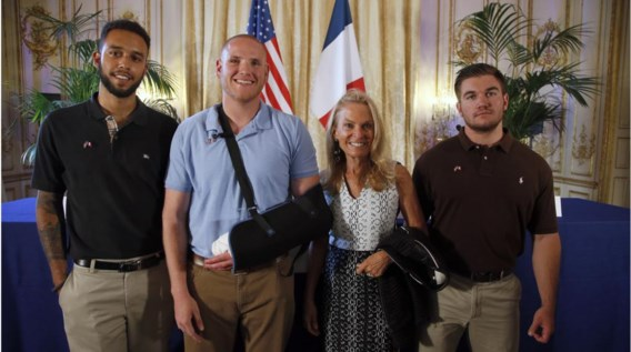 V.l.n.r.: Anthony Sadler,  Spencer Stone, de  Amerikaanse ambassadrice Jane D. Hartley en  Alek Skarlatos.