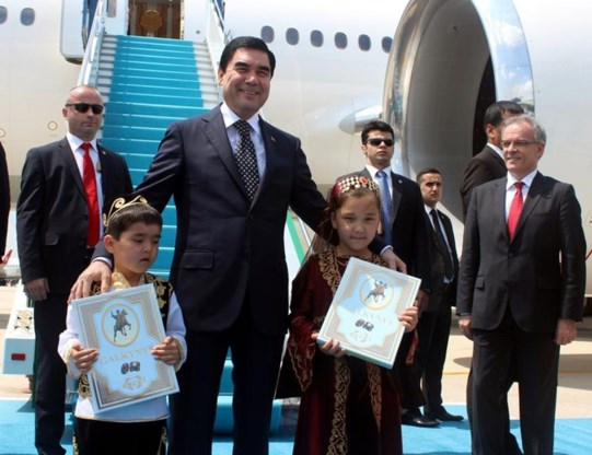 "<p>President Berdymoechammedov, vriend van enthousiaste kinderen.  <span class=""credit"">anadolu agency</span></p>"