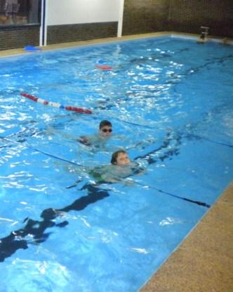 Veel Balenaars trokken hun eerste baantjes in het zwembad.