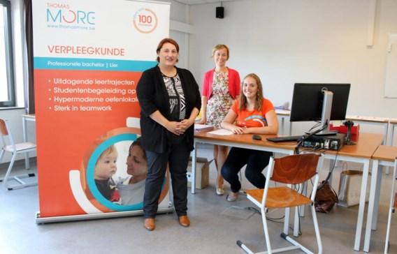 Regiodirecteur Els Van Weert, campusmanager Kristel Thijs en een jobstudente zijn in hun nopjes met het succes van de hogeschool.