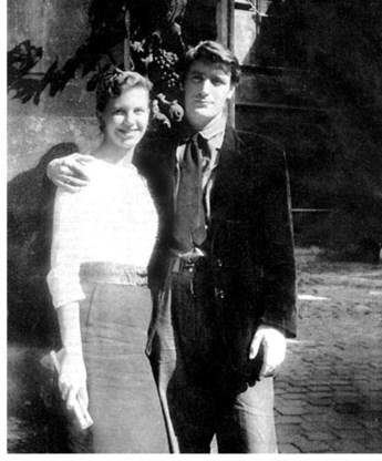 Sylvia Plath en Ted Hughes op huwelijksreis in Parijs in 1956.