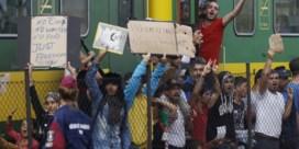 Patstelling met vluchtelingentrein ten westen van Boedapest duurt voort