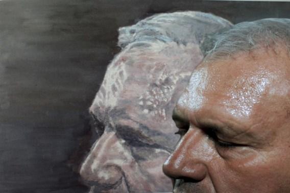 Luc Tuymans' schilderij (links) is gebaseerd op de foto die Katrijn Van Giel van Jean-Marie Dedecker maakte (rechts).