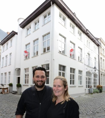 Thomas De Muynck en zijn echtgenote Lien Van de Velde voor het vernieuwde pand.