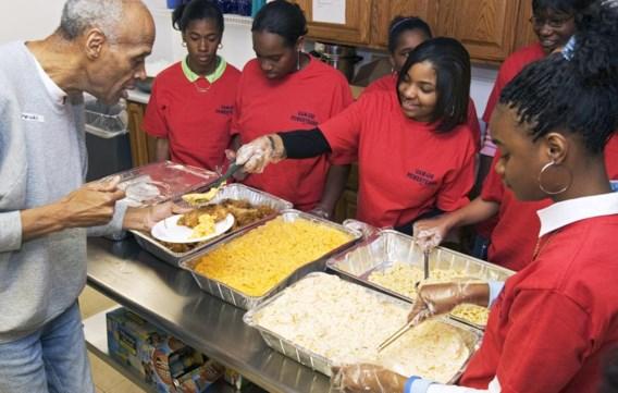 Enkele studenten in Detroit nemen deel aan een vrijwilligersproject.