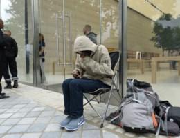 Eerste fan kampeert nu al voor nieuwe Apple-winkel
