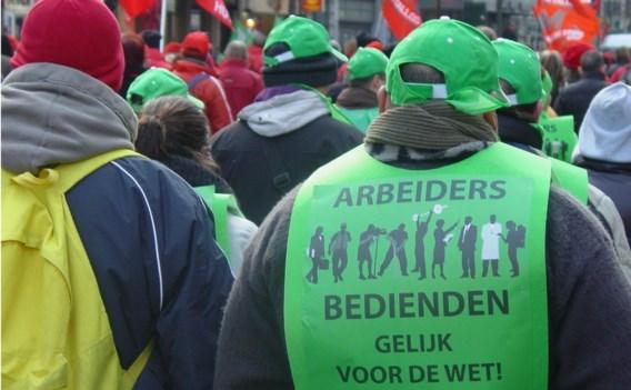 De vakbonden keurden de compromistekst over het eenheidsstatuut goed, maar bleven de uitzondering voor bouwvakkers als discriminatie zien.