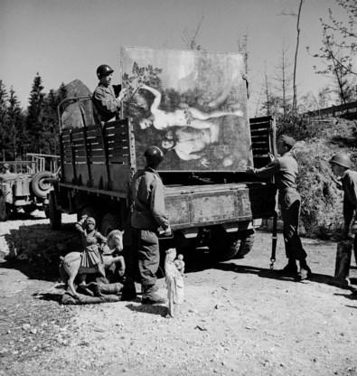 Mei 1945. Amerikaanse soldaten halen de kunstkelder van Hermann Göring leeg.