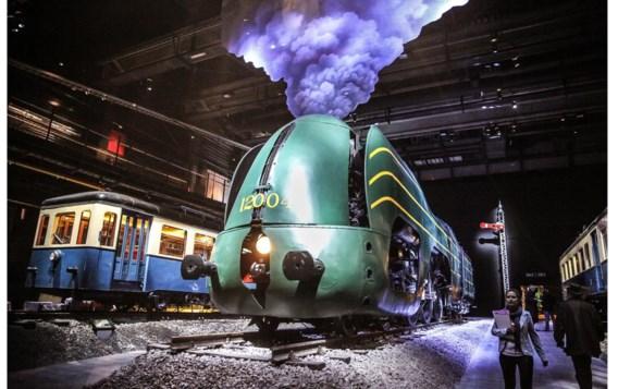 Vlak bij het station van Schaarbeek is alles klaar voor de opening van Trainworld, een nieuw museum over de geschiedenis van het spoor. Vanaf vrijdag kan het grote publiek er een blik werpen op het treinpatrimonium, dat voordien verspreid was over verschillende locaties. De tentoongestelde collectie bevat onder meer 22 locomotieven en rijtuigen met een bijzonder verleden. Het pronkstuk is de 'Atlantic' (type 12), een spectaculair ogende aerodynamische locomotief die dateert van eind jaren 30. Het project kost 25 miljoen euro.