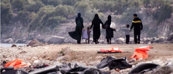 Een gevluchte familie op een strand op Lesbos. Een eerste groep van 66.000 asielzoekers  zal vanuit Italië en Griekenland verdeeld worden.