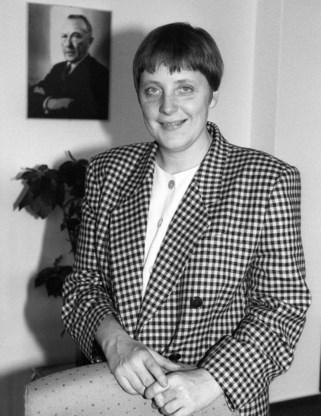 'Domineesdochter' Merkel bij een portret van Konrad Adenauer.
