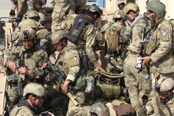 Afghaanse elitesoldaten landen op de luchthaven van Kunduz. Het leger – bijgestaan door Navo-troepen – heeft alle moeite van de wereld om de stad, die sinds het begin van deze week bijna volledig in handen van de Taliban is, te heroveren. Het Afghaanse leger controleert alleen nog de luchthaven van de strategische stad in het noorden van het land. Lokale ziekenhuizen kunnen de toestroom van slachtoffers amper aan. Volgens de overheid zouden er al meer dan veertig doden en honderden gewonden gevallen zijn. Kunduz is de eerste grote stad die onder de controle van de Taliban valt sinds die in 2001 door een internationale coalitie  onder leiding van de VS werden verdreven. Intussen winnen de gewapende opstandelingen almaar meer terrein, ondanks de overmacht in aantal van  de Afghaanse en Navo-troepen, aldus The Guardian.