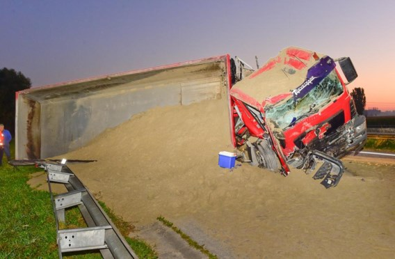 De aanhangwagen met zand kantelde op de snelweg.