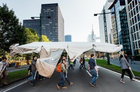 Het vluchtelingenkamp in het Brusselse Maximiliaanpark is gisteren door vrijwilligers ontruimd. Ook de vluchtelingen staken een handje toe. Zij verhuizen nu normaal gezien naar de door het Rode Kruis georganiseerde pre-opvang in het WTC III-gebouw. Die breidt de komende dagen geleidelijk aan uit tot een 1.000 plaatsen.Het Maximiliaanpark is daarmee nog niet helemaal leeg. Een honderdtal sans-papiers blijft er tot nader order kamperen, uit protest tegen de manier waarop de overheid hen behandelt.