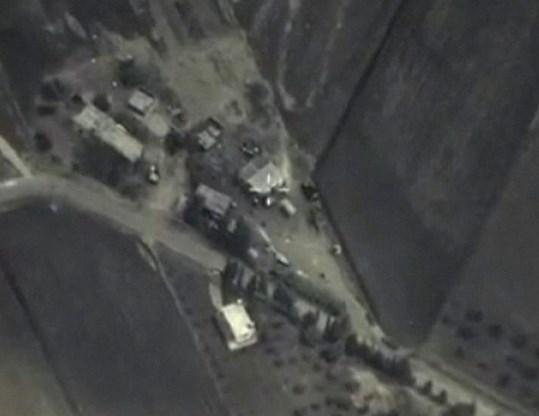 Russische gevechtsvliegtuigen voerden gisteren opnieuw bombardementen uit in Syrië. Het ministerie van Defensie in Moskou gaf er deze beelden van vrij. Doelwit was een kamp van de terreurgroep Islamitische Staat (IS), maar volgens rebellen werd ook een basis getroffen van een gematigde rebellengroepering die door de VS en Qatar wordt gesteund.Blz. 2-3berichtgeving,blz. 40 opinie.
