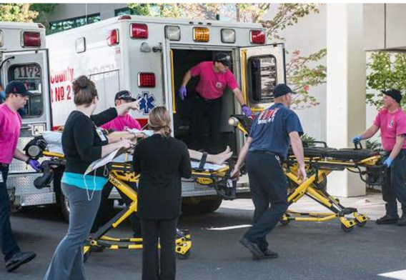 Ambulances rijden af en aan met slachtoffers.