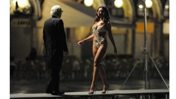 Michael Caine verblijft in hetzelfde hotel als Miss Universe.