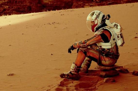 Matt Damon blijft niet bij de pakken zitten wanneer hij alleen achterblijft op Mars.