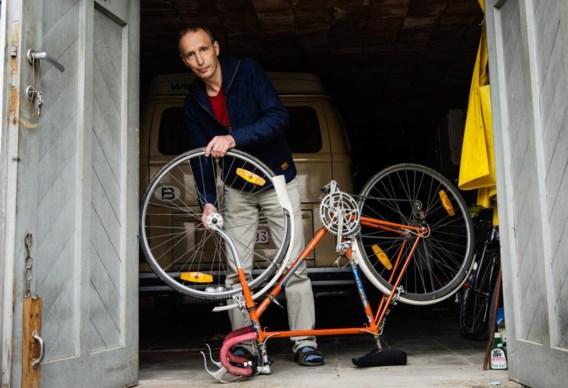 Kris Pirquin herstelt in het kader van Lets Vlaanderen een fiets in ruil voor 'iets anders'.