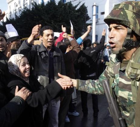 Protestanten groeten soldaten, midden in de Arabische Lente van 2011.