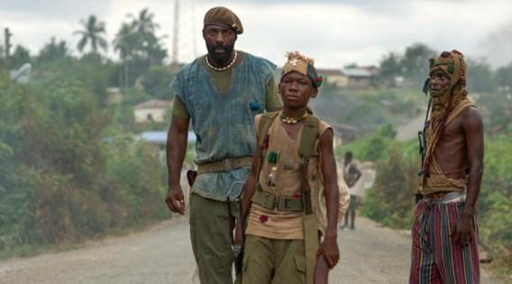 Idris Elba lijft Agu (Abraham Attah) in als kindsoldaat in zijn legertje ongeregeld.