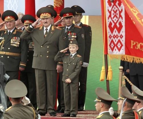 """<p>Vader en zoon op de nationale feestdag in 2011.<span class=""""credit"""">ap</span></p>"""