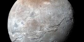 De maan van Pluto draagt een riem