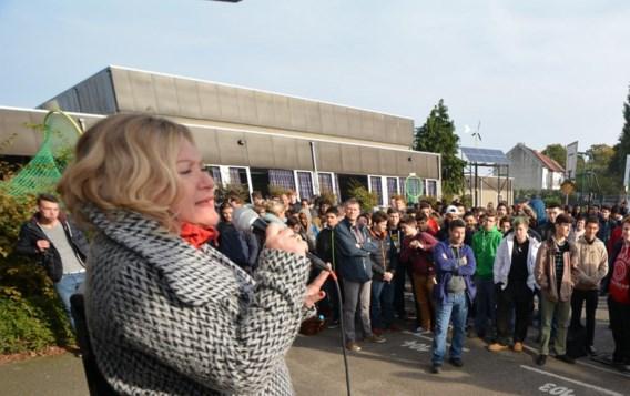 Leen Demaré helpt de politici een handje en ging langs bij de Vilvoordse scholen om de leerlingen te motiveren een bijdrage te leveren.