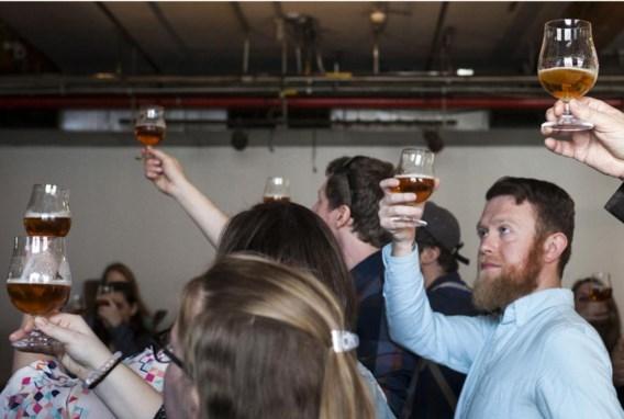 Proeven van ambachtelijk bier tijdens een rondleiding in de Brooklyn Brewery in New York.